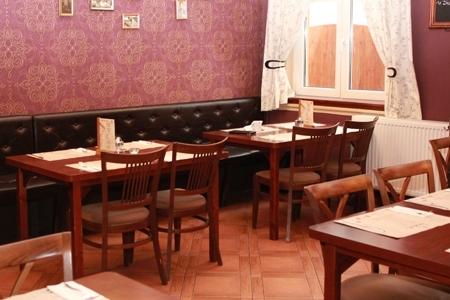 Vakvarjú Vendéglő, Buda - Impala Bútorkereskedő Kft. asztali és székei minden stílushoz passzol, még a rózsaszín, mintás falhoz is