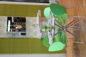 BNV Kiállítás, 2012 - Impala Bútorkereskedő Kft. zöld színű Shell székei és asztala