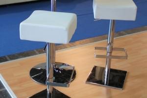 BNV Kiállítás, 2012 - Az Impala Bútorkereskedő Kft. állítható magasságú fehér bárszékei és bárasztala