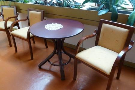 Óbudai Idősek Otthona, Budapest, Őszike utca - sötét fa asztalok és székek