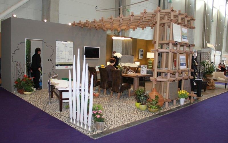 Construma 2013 - A LOSZ standján megakad az ember tekintete az Impala Bútorkereskedő Kft. székein és asztalán