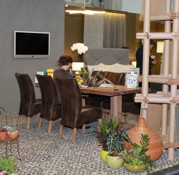 Construma 2013 - Construma 2013 - A LOSZ standja az Impala Bútorkereskedő Kft. kényelmes székeit és tömör tölgyfa asztalát mutatta be