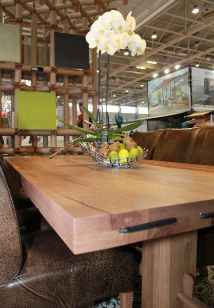Construma 2013 - A LOSZ standján az Impla Bútorkereskedő Kft. tömör tölgyfa asztalán jól mutattak a gyümölcsök is