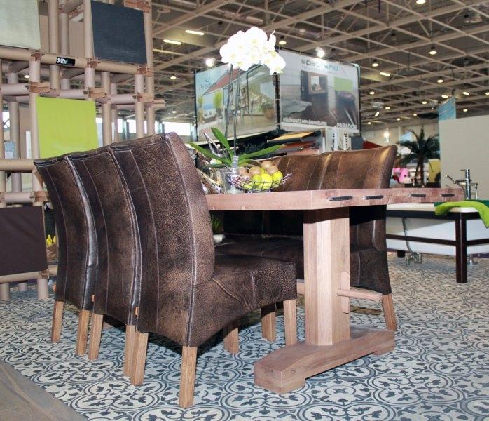 Construma 2013 - A LOSZ standon az Impala Bútorkereskedő Kft. asztalán egy szép orchidea is látható