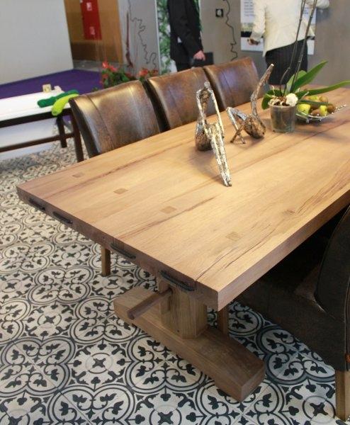 Construma 2013 - Érdekes kiegészítők a LOSZ standon az Impala Bútorkereskedő Kft. tömör tölgyfa asztalán