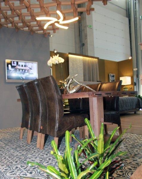 Construma 2013 - Az érdekes megvilágítás csak mégjobban kiemeli az Impala Bútorkereskedő Kft. tömör tölgyfa asztala és székei a LOSZ standon