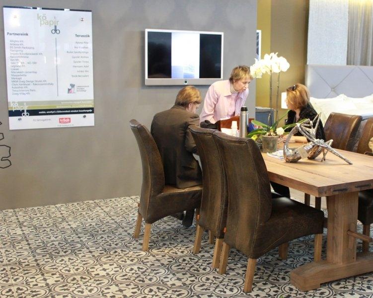 Construma 2013 - A LOSZ standon használatba is vették az Impala Bútorkereskedő Kft. székeit és tömör tölgyfa asztalát
