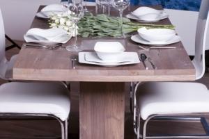 Design+ Kiállítás - Az Impala Bútorkereskedő Kft. fehér szánkótalpas székei és a megterített tömör tölgyfa asztal