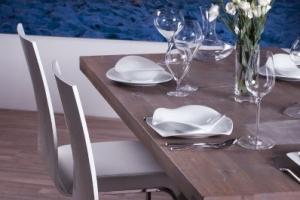 Design+ Kiállítás - Az Impala Bútorkereskedő Kft. fehér szánkótalpas székei nem csak dizájnosak, de kényelmesek is