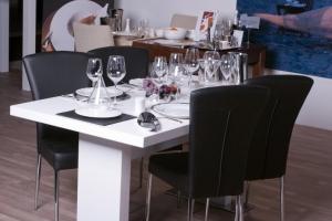 Design+ Kiállítás - Az Impala Bútorkereskedő Kft. fekete és fehér étkező összeállítása