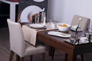 Design+ Kiállítás - Az Impala Bútorkereskedő Kft. kárpitozott székei az étkezőasztalnál
