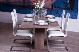Design+ Kiállítás - Az Impala Bútorkereskedő Kft. szánkótalpas székei a tömör tölgyfa asztalnál