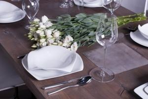 Design+ Kiállítás - Az Impala Bútorkereskedő Kft. szépen megterített tömör tölgyfa asztala