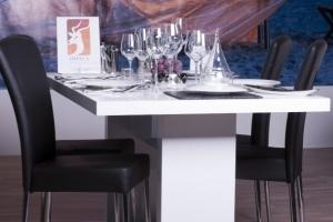 Design+ Kiállítás - Az Impala Bútorkereskedő Kft. kárpitozott fekete fémvázas székei tökéletesen passzolnak a fehér magasfényű asztalhoz