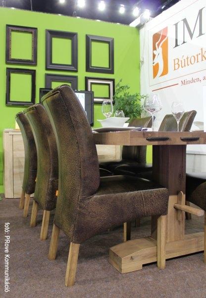 Konyhakiállítás, 2013 - Az Impala Bútorkereskedő Kft. kényelmes székei a tömör tölgyfa asztalnál