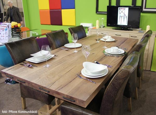 Konyhakiállítás, 2013 - Az Impala Bútorkereskedő Kft. tömör tölgyfa asztala hat székkel