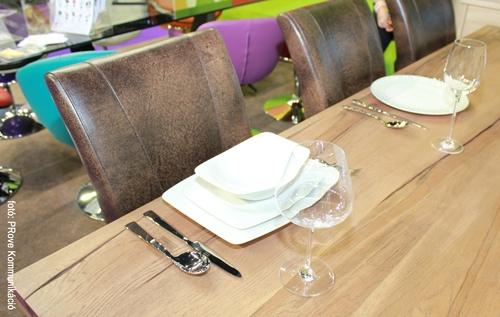 Konyhakiállítás, 2013 - Az Impala Bútorkereskedő Kft. tömör tölgyfa asztalán az étkészlet is jobban érvényesül