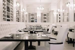 La Pampa Argentin Steakhouse - Fehér terem, Fehér karszékekkel az Impala Bútorkereskedő Kft. áruházából