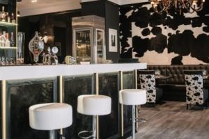 La Pampa Argentin Steakhouse - Nagy terem fehér bárszékekkel