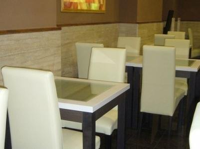 Like étterem, Budapest - ITALA fehér székek