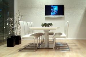 LOSZ iroda - A szánkótalpas székek fémvázas szerkezete és az asztal lábazati kialakítása is jól látható ezen a képen