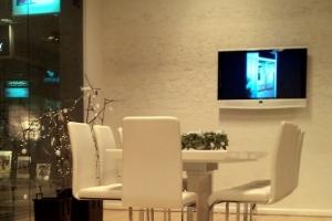 LOSZ iroda - Az Impala Bútorkereskedő Kft. szánkótalpas székei és magasfényű asztala biztosítják a kényelmet a tárgyalások alatt