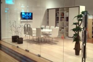LOSZ iroda - Az Impala Bútorkereskedő Kft. fehér fémvázas, szánkótalpas székei és magasfényű asztala eleganciát kölcsönözi