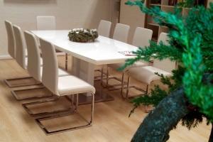 LOSZ iroda - Az Impala Bútorkereskedő Kft. szánkótalpas székei tökéletesen illenek a magyasfényű, fehér színű asztalhoz