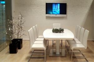 LOSZ iroda - Az Impala Bútorkereskedő Kft. fehér színű szánkótalpas székei és magasfényű tárgyaló asztala