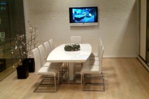 LOSZ iroda - Az Impala Bútorkereskedő Kft. szánkótalpas székei és magasfényű étkezőasztala jól mutat az irodában is