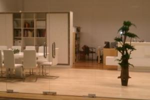 LOSZ iroda - Az Impala Bútorkereskedő Kft. szánkótalpas székei és magasfényű asztala távolról is jól mutat
