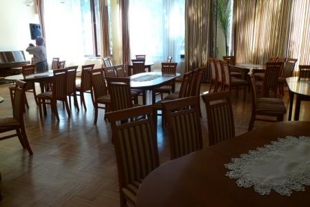 Óbudai Idősek Otthona, Budapest, Kiskorona utca - ovális ebédlő asztal