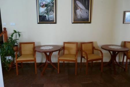 Óbudai Idősek Otthona, Budapest, Kiskorona utca - kárpitozott székek és asztalok