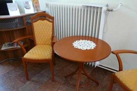 Óbudai Idősek Otthona, Budapest, Kiskorona utca - sárga kárpitozott szék