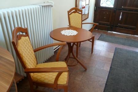 Óbudai Idősek Otthona, Budapest, Kiskorona utca - kényelmes kárpitozott székek