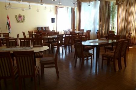 Óbudai Idősek Otthona, Budapest, Kiskorona utca - fa asztalok és székek