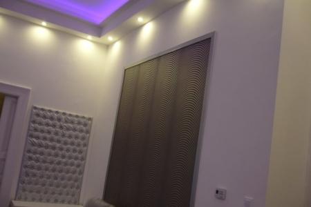 Otthon - A falon az ezüst színű gombozott az Impala Bútorkereskedő Kft. kárpitosai készítették