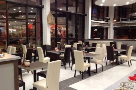 Park Caffe, Székesfehérvár - Impala Bútorkereskedő Kft. fekete és fehér ITALA székei