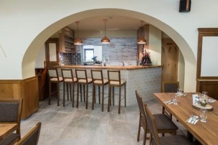 Révész Étterem, Győr - Bárpult az Impala Bútorkereskedő Kft. favázas bárszékeivel
