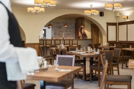 Révész Étterem, Győr - Tömörfa asztallapok és masszív fém asztallábaink bírják a vendéglátói strapát