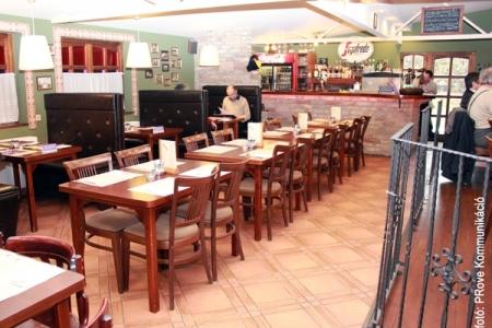 Vakvarjú Vendéglő, Buda - A Vakvarjú Vendéglő belső tere, ahol az Impala Bútorkereskedő Kft. székei és asztalai találhatóak