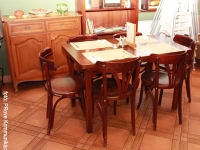 Vakvarjú Vendéglő, Buda - Az Impala Bútorkereskedő Kft. asztala és székei fából készültek