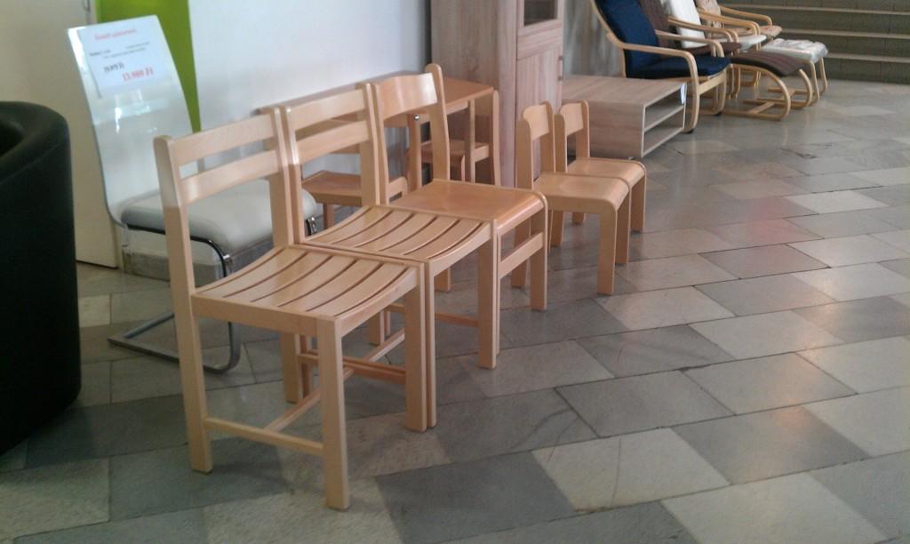 gyerekbútorok és felnőtt fa székek