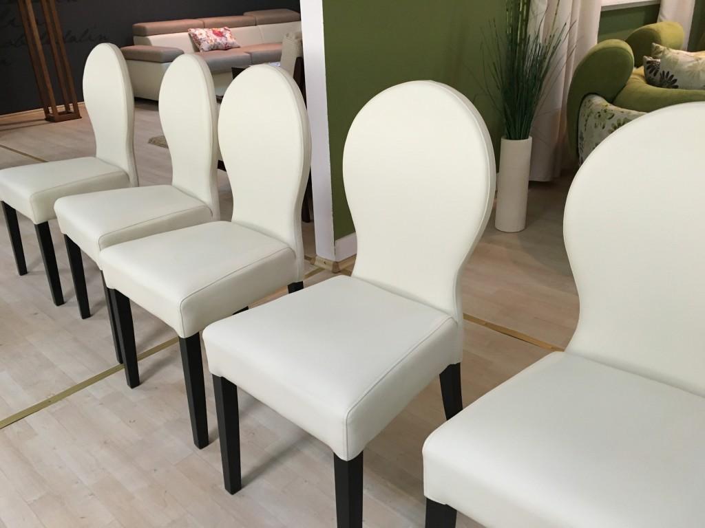fehér székek