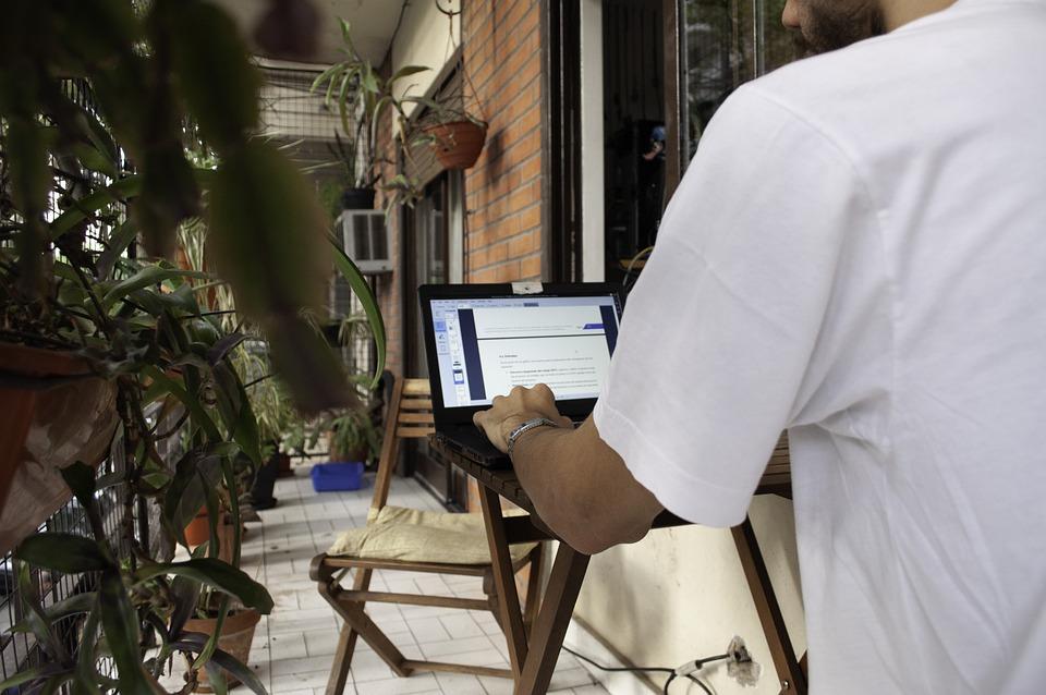 Home Office a teraszon, avagy a tavaszi felszabadulás munkavégzés során!